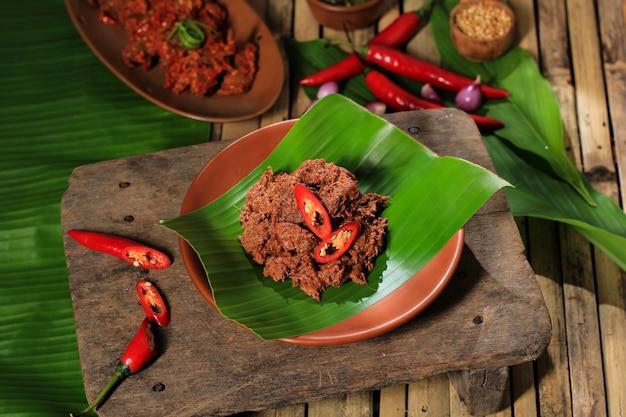 Избранный фокус ренданг или ранданг - самая вкусная еда в мире. сделано из тушеной говядины и кокосового молока с добавлением различных трав и сока. обычно еда из племени минанг, западная суматера, индонезия.