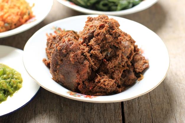 厳選されたフォーカスレンダンまたはランダンは、世界で最もおいしい食べ物です。ビーフシチューとココナッツミルクにさまざまなハーブとサイスを加えて作られています。通常、インドネシア、西スマトラのミナン族の食べ物
