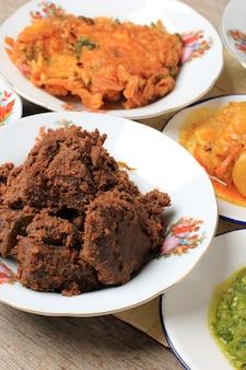 厳選されたフォーカスレンダンまたはランダンは、世界で最もおいしい食べ物です。ビーフシチューとココナッツミルクにさまざまなハーブとスパイスを加えて作られています。通常、インドネシア、西スマトラのミナン族の食べ物