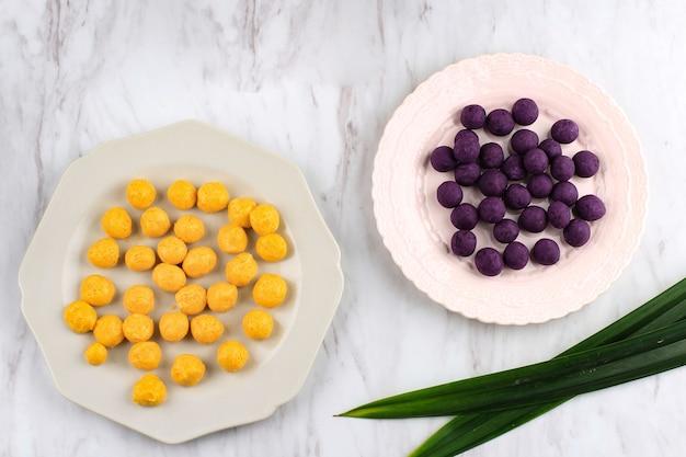 Выбранный фокус вид сверху сырой биджи салак уби унгу и кабоча, биджи салак из желтого и фиолетового сладкого картофеля перед варкой