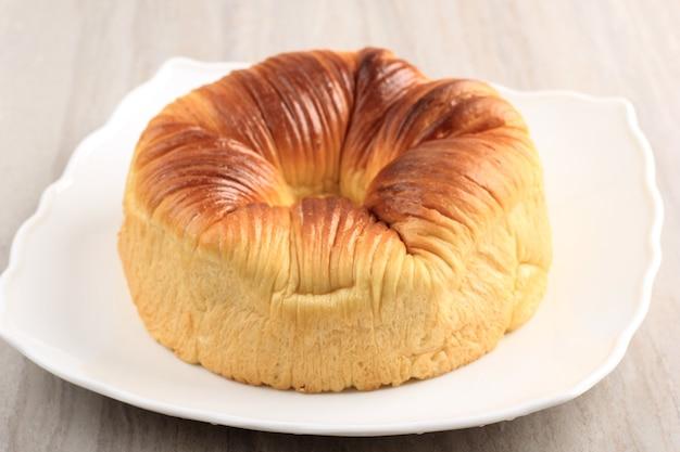 厳選されたフォーカスウールロールパン、ウールのようなビーティフルテクスチャーの自家製ウイルスパン。コピースペース付きの白いプレートでお召し上がりいただけます