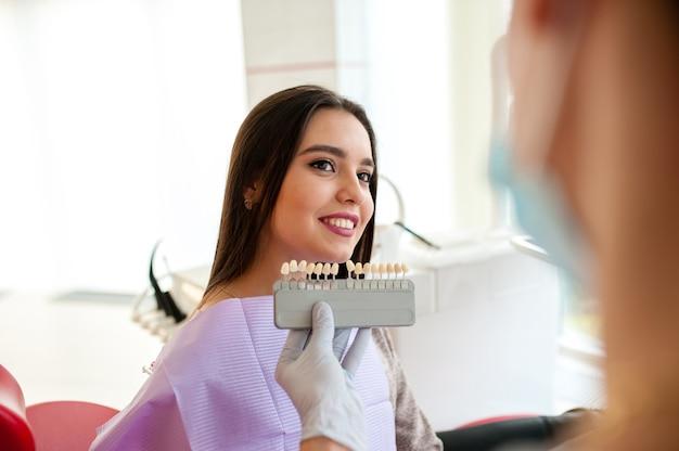 Выбор цвета зубов в стоматологии женщина