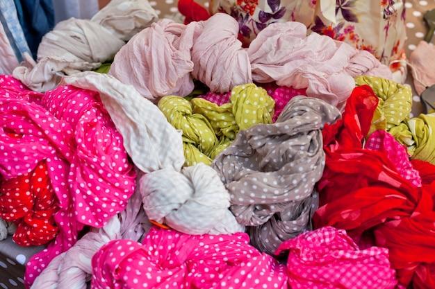 Выбор красочных женских шарфов на рынке