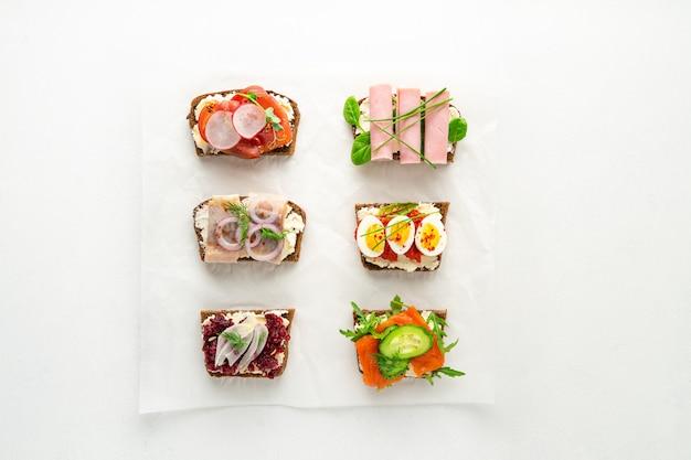 Подбор бутербродов датского сморреброда на пергаментной бумаге