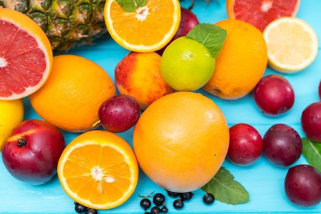 Выбор свежих здоровых тропических фруктов
