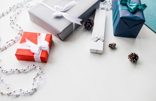 흰 벽에 선물 상자 선택. 새 해 장식 개념. 휴가 분위기를 조성하는 아름답게 포장 된 선물
