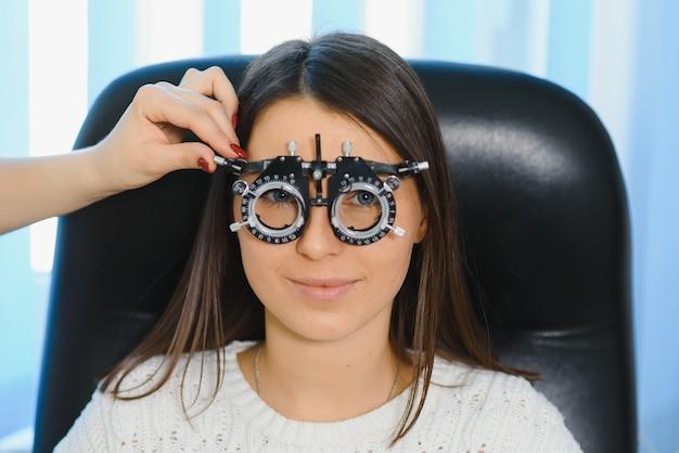 Подбор очков для зрения для женщины. оптический салон. оптик. пробные линзы.