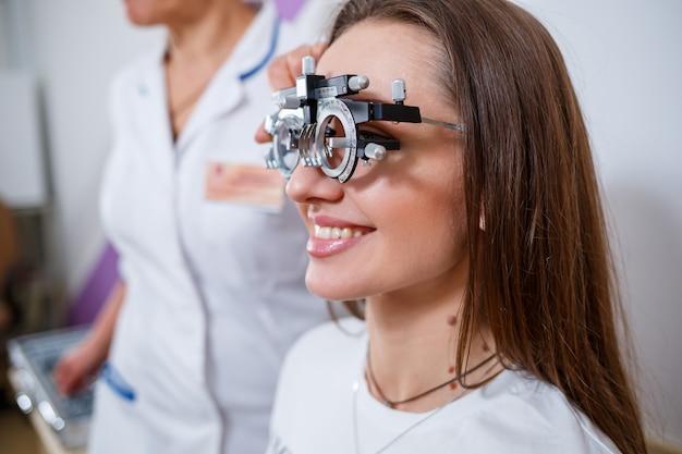 女性のための視力のための眼鏡の選択。ポイントの正しい選択。オプティカルサロン。眼鏡技師。トライアルレンズ。