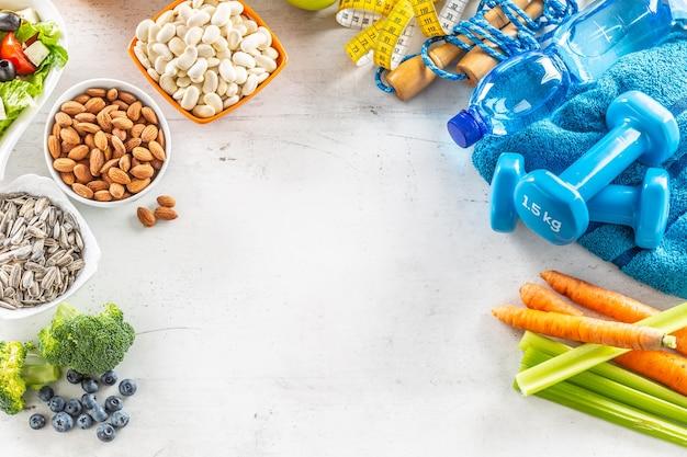 건강 식품 선택 야채 과일 아몬드 샐러드 운동 도구 및 측정 테이프