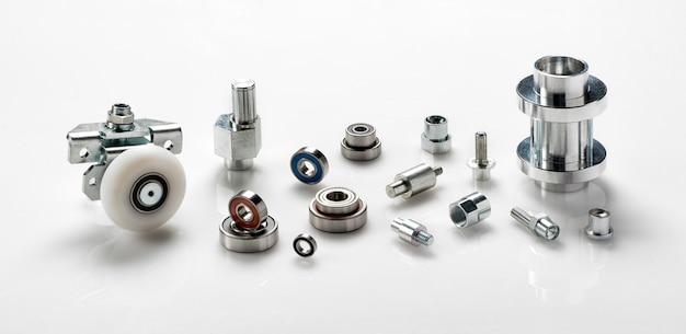 반사 및 copyspace와 파노라마 배너에 흰색 산업용 정밀 철강 기계 또는 엔지니어링 구성 요소 또는 부품 선택