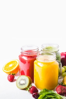 ガラスの瓶の中の色とりどりのフルーツスムージーの選択。健康食品デトックスコンセプト