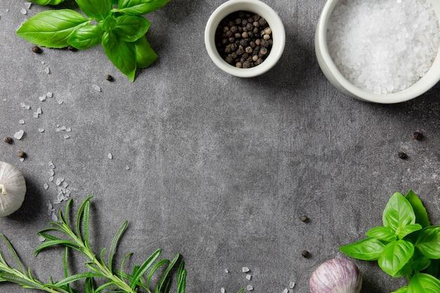 Выбор специй, зелени и зелени, ингредиенты для приготовления на темноте.