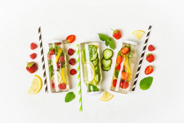 Выбор летних лимонадов и ингредиентов. лимон, ягоды и мята.