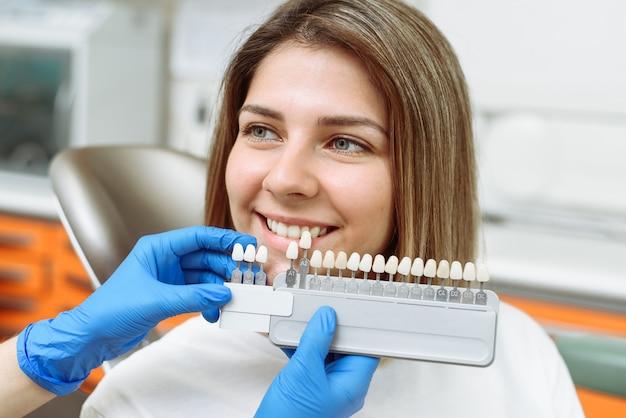プロの化粧品漂白のための正しい歯の色の選択