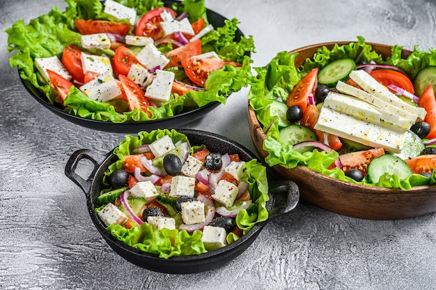 ボウルに入れた伝統的なギリシャ風サラダのセレクション。