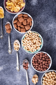 아침 식사로 다양한 콘플레이크 선택