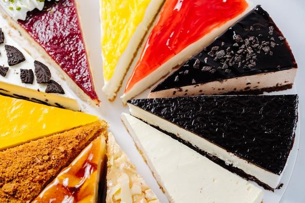 プレートで提供されるさまざまなデザートの選択