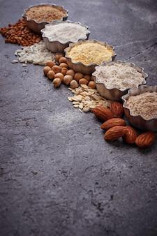 다양한 글루텐 프리 밀가루 (아몬드, 메밀, 쌀, 병아리 완두콩 및 귀리) 선택