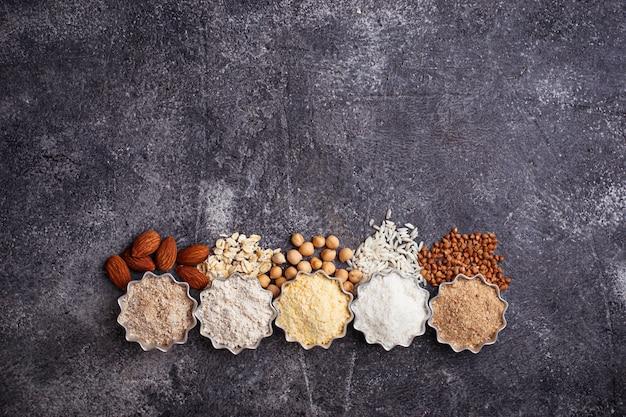 다양한 글루텐 프리 밀가루 (아몬드, 메밀, 쌀, 병아리 완두콩 및 귀리) 선택 프리미엄 사진