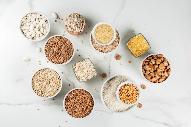 さまざまな種類の穀物穀物が異なるボウルに割り込む
