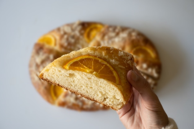 Roscã³ndereyes(3つの王のパン)、白い背景、クリスマスのお菓子のコンセプトへの選択的なアプローチ