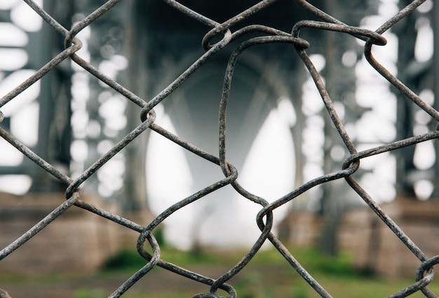 Colpo selettivo del primo piano del recinto del collegamento a catena