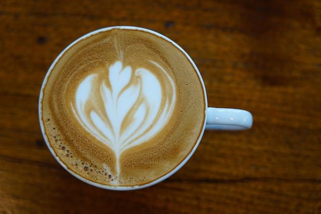 Селективный фокус на кофе капучино, украшенном молочной пеной