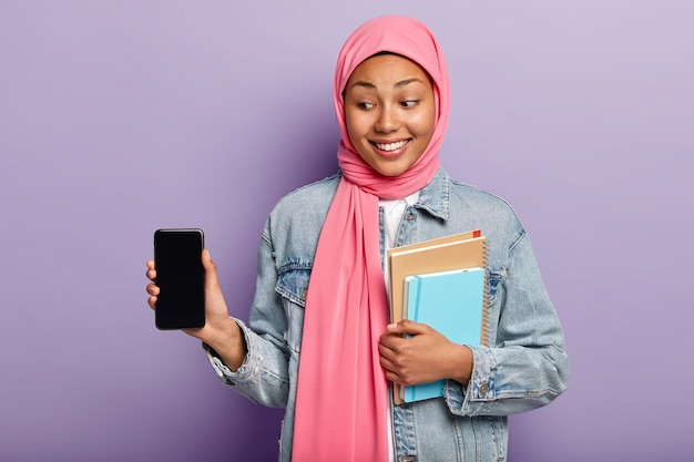선택적 초점. 어두운 피부를 가진 매력적인 쾌활한 여자, 머리에 실크 핑크 스카프를 착용