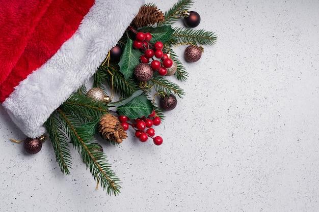 선택적 초점. 크리스마스 조명 레이아웃, copyspace. 나뭇 가지와 크리스마스 장식