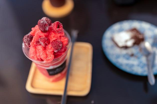 デザートテーブルのセレクティブフォーカスクローズアップ冷凍ラズベリーフラッペ、カフェでの甘い飲み物