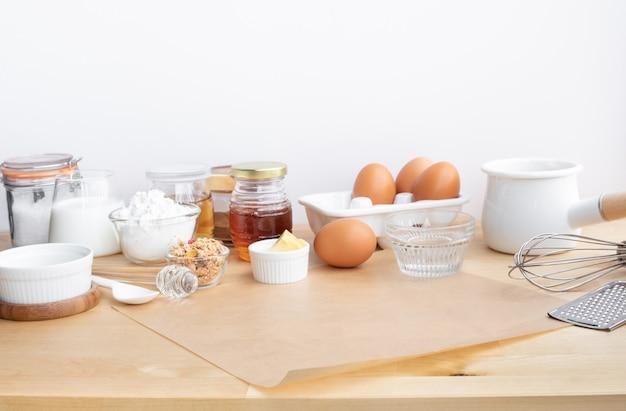 選択的な焦点。材料と木製テーブルのコピースペースで朝食用食品またはパン屋を調理する。背景製品の表示用。健康的な食事