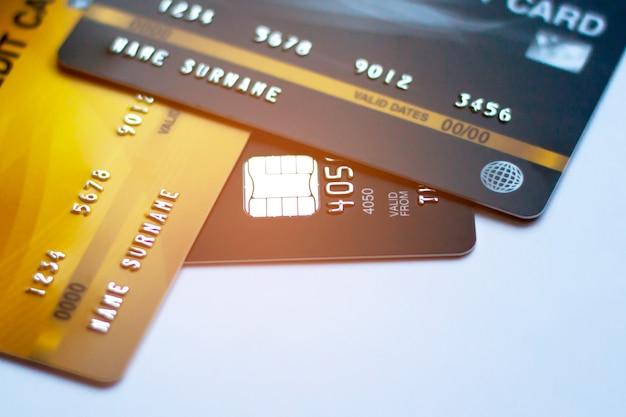 선택적 초점 배경이 있는 신용 카드, 현금 대체에 사용 및 온라인 구매 또는 제품 지불 또는 청구서 지불
