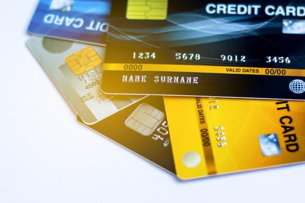 Выборочный фокус включена кредитная карта с фоном, используется для замены наличных денег и покупки онлайн или оплаты продуктов или оплаты счетов