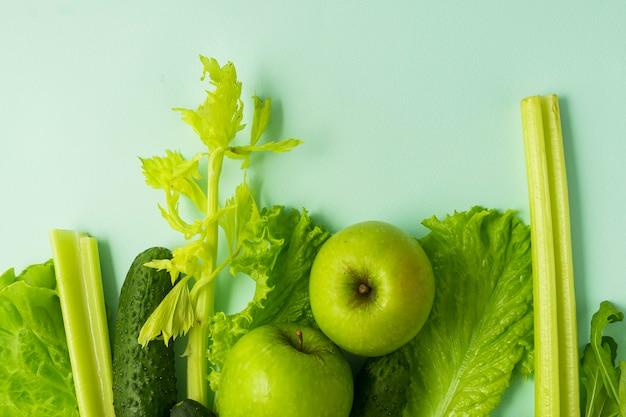 セレクティブフォーカス、デトックス栄養、野菜や果物の緑の食事。青色の背景に天然物
