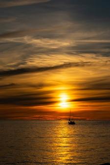 Выборочный фокус. вечернее небо, красный закат на балтийском море
