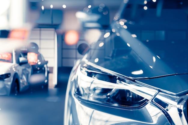 고급 쇼룸에 주차된 선택적 초점 회색 자동차 자동차 대리점 사무실 쇼룸에 새 주차장