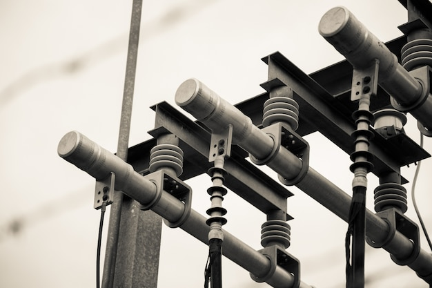Селективный фокус серого снимка линий электропередач, соединений и трансформатора