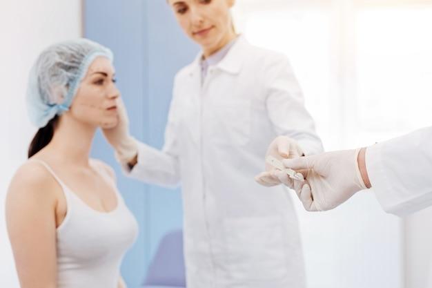 手術中にプロの女性形成外科医に医療ツールが与えられた場合の選択的焦点