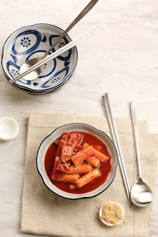 선택적 포커스 흰색과 파란색 그릇에 한국 매운 떡볶이