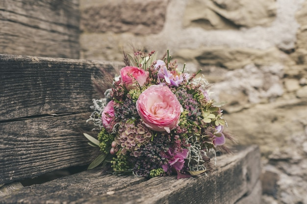 Селективный фокус красивый небольшой букет цветов на деревянной поверхности