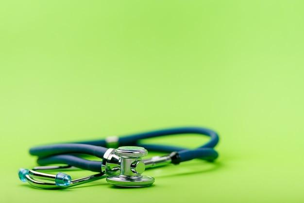 Селективный фокус синего стетоскопа