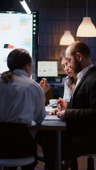 Селективное внимание разнообразных многонациональных бизнесменов, работающих поздно ночью