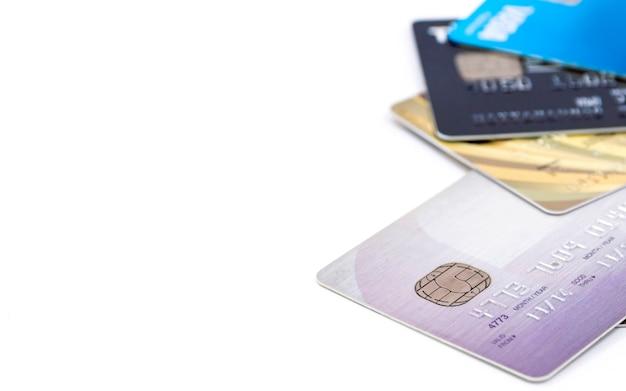 白い背景の上のマルチカラー銀行クレジットカードのグループの選択的な焦点。