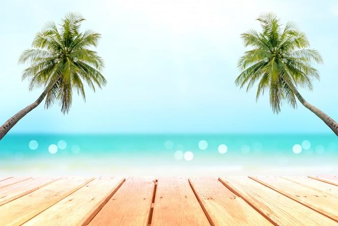아름 다운 해변 배경 가진 오래 된 나무 테이블의 선택적 초점 표시 제품.