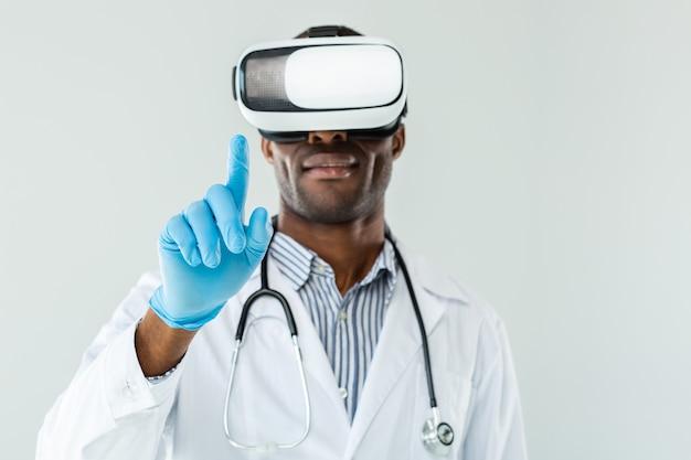 Селективное внимание профессионального врача, касающегося во время тестирования очков vr
