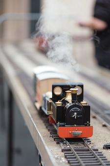 赤と黒の列車のダイキャストの選択的な焦点