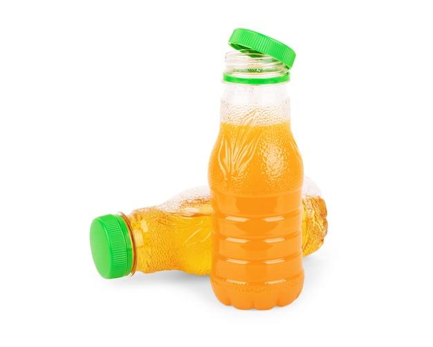 小さな透明なガラス瓶の中のイチゴジュースの選択的な焦点。フレッシュフルーツジュース。空白のラベル。白い背景で隔離。