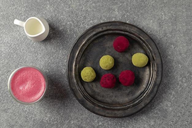 ビートルートラテヘルシーなコーヒーの代替品、抹茶緑茶、ピンクラズベリービートルートトリュフの選択的フォーカス