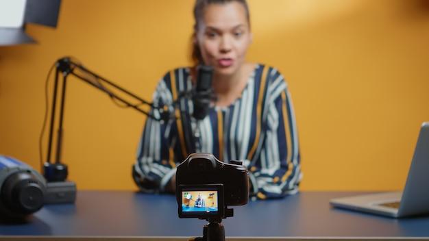 소셜 미디어 스타가 그녀의 전문 스튜디오에서 새로운 팟캐스트 에피소드를 녹음하는 동안 카메라에 선별적으로 집중합니다. 인터넷 웹 온라인 가입자 청중을 위한 콘텐츠 제작자 새로운 미디어 인플루언서 녹음