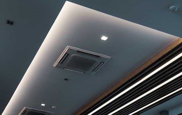 Селективный акцент на кондиционере кассетного типа, установленном на потолочной стене воздуховод на потолке